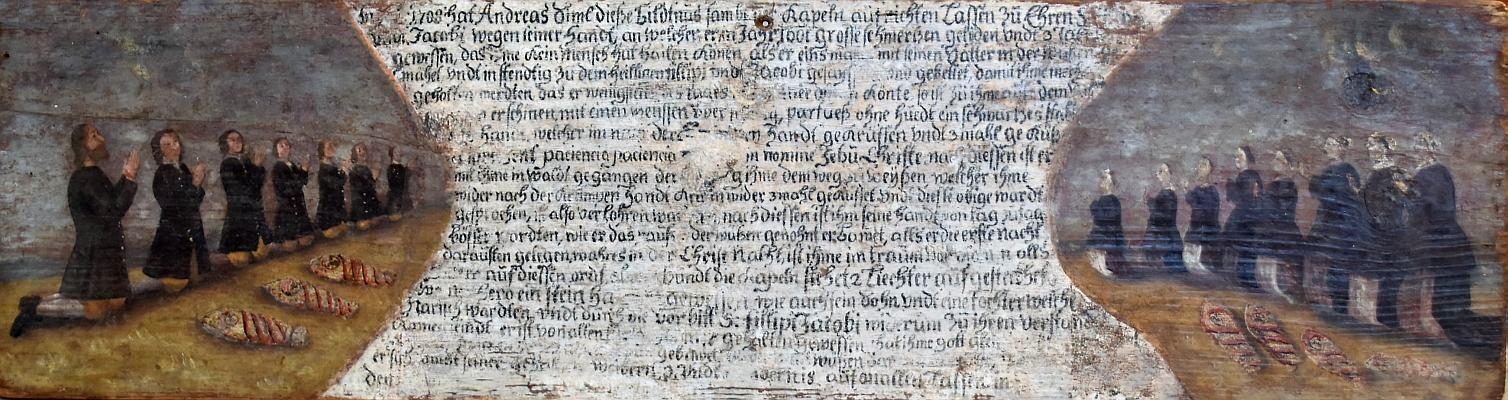 Detail zrestaurované desky s textem, který počíná letopočtem 1708 a Simlovým jménem: na levé straně vymalován klečící Andreas a šestero synů, na pravé pak tři manželky a sedm dcer. Předčasně zemřelé děti ( tři chlapci a čtvero děvčat) jsou znázorněny ležící na zemi zabalené v povianu (Kollibabe uvádí čtrnáct klečících dětí a čtyři v zabalené v povianu)