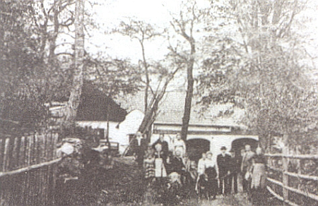 Marxtn Hof s obytným stavením i kaplí na snímku z doby někdy kolem roku 1920