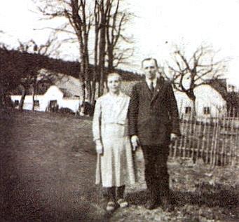 Marxtn Hof se svými posledními obyvateli Annou aOttou Zettlovými, jak je zachycuje i se stavením akaplí snímek z doby kolem roku 1940