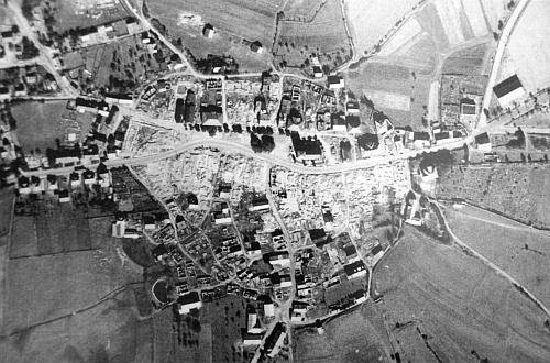 Městečko Přimda na pohlednici z doby kolem roku 1945 a letecký snímek po náletu amerických bobmardérů vdubnu 1945,     který zničil celé historické jádro obce kromě kostela