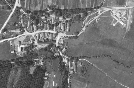"""Mlýnec pod Přimdou na leteckých snímcích z let 1958 a 2008, které už ovšem nezachycují těsně """"poválečný"""" stav"""