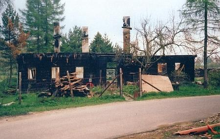 Jeden z alpských domů ve Volarech, vyhořelý v roce 2006