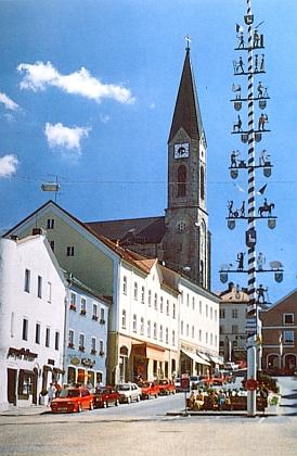 """Waldkirchen, patronátní město vyhnanců zVolar, stypickou bavorskou """"májkou"""" nasvém rynku"""