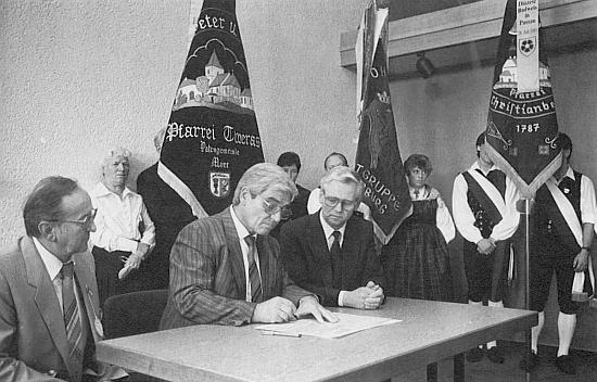 První zprava u stolu při podpisu patronátní smlouvy vyhnanců z Křišťanova s městem Steinheim an der Murr (první zleva je Karl Halletz)