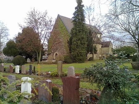 Gotický kostel sv.Petra v Bietigheimu se hřbitovem, na němž je pohřben