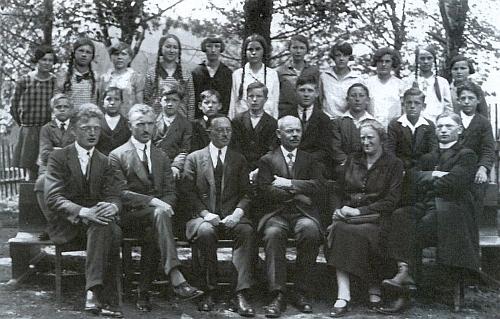 Se žáky a učiteli měšťanské školy v Železné Rudě (školní rok 1927/1928), třetí zleva sedí tu i Hans Michal