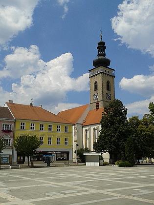 Soběslavské náměstí s děkanským kostelem sv. Petra a Pavla