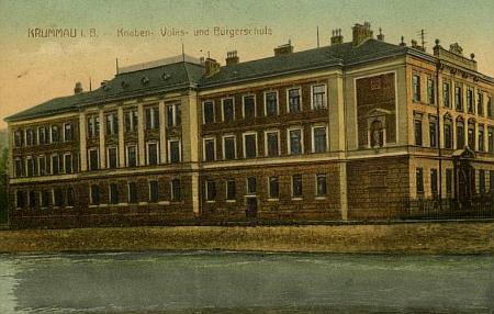 Někdejší chlapecká měšťanská škola v Českém Krumlově na staré pohlednici (viz i Matthias Chyna, Karl Schacherl a Peter Scherb)