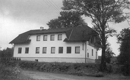 Někdejší škola v Klášterci na snímcích z let 1937, 1989 a přestavěná na penzion na fotografii z léta 2003