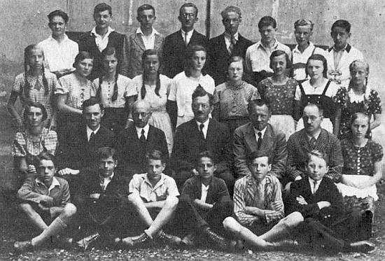 Mezi spolužáky z Vimperka ve školním roce 1934/35 stojí ve třetí řadě čtvrtá zleva