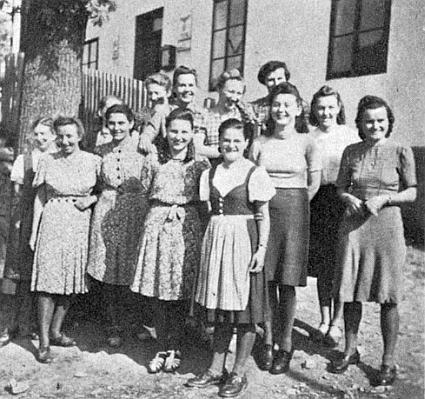 V roce 1941 se mladé učitelky ze Šumavy sešly v Zátoni u Boubína, Steffi Skoupy stojí úplně vpravo