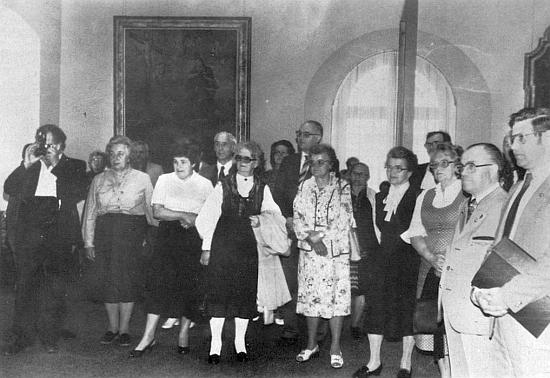 Při setkání krajanů v patronátním městě Ingolstadtu v roce 1982 stojí uprostřed ve světlých šatech, vlevo sfotoaparátem je zachycen     Otto Veith,vedle Rosa Tahedlová a Ilse Viehbeck-Veithová, druhý zprava pak stojí Franz Woldrich
