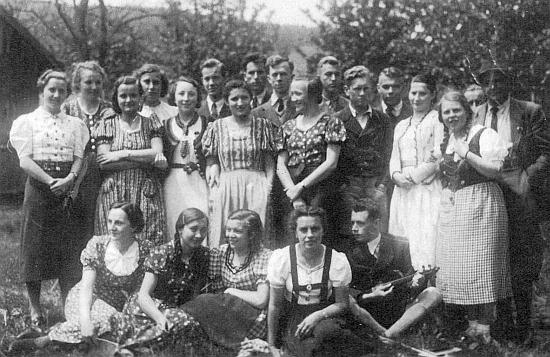Maturitní ročník německého učitelského ústavu v Prachaticích v roce 1939 s profesorem Leberlem zcela napravo stojícím, zachycuje i ji stojící třetí zleva