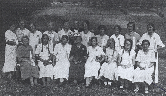 Na snímku dívek, účastnících se slavnostního svěcení hasičské stříkačky v Klášterci roku 1935, je ona ta sedící zcela vpravo