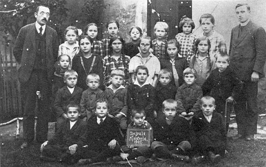 Stojící ve třetí řadě zcela napravo se spolužáky z Klášterce roku 1927