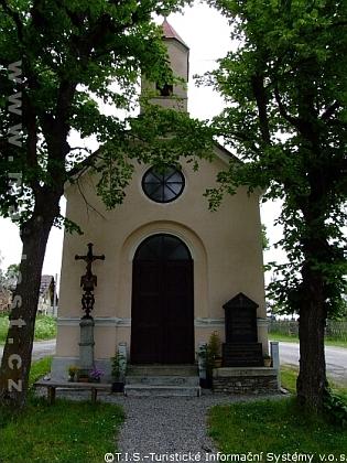 Návesní kaple v Klášterci na snímcích z června roku 1989 a po její opravě