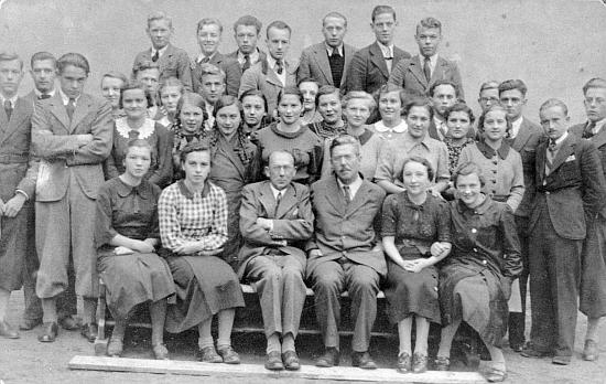 Na tomto snímku studentů a profesorů německého učitelského ústavu, umístěného v letech 1935-1938 v Českých Budějovicícha od roku 1938 v Prachaticích vidíme ji ve druhé řadě vlevo s bílým širokým límečkem