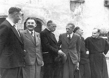 Na snímku z roku 1949 stojí zcela vpravo, třetí zprava s aktovkou v ruce Wenzel Jaksch