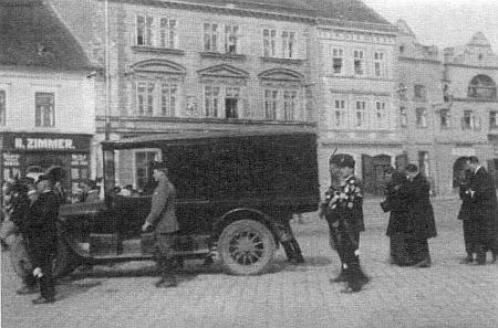 Dva snímky z dědečkova soběslavského pohřbu v roce 1924