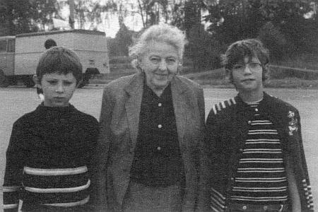 S maminkou a sestrou Miriam na snímku z roku 1974