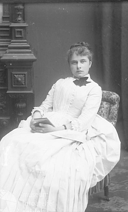 """Na snímku ze Seidelova fotoateliéru by vzhledem k dataci (ačkoli srpen 1884 je nepravděpodobný), ale hlavně adrese """"Slamka, Hohenfurth"""" mohla být jeho manželka Caecilia"""
