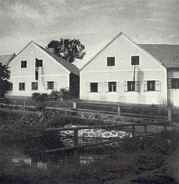 """Spital u Weitry, """"domov Vůdcových předků"""", na detailním záběru dvou venkovských stavení je to vpravo rodným domem Hitlerova děda Johanna Hietlera, to vlevo domem prarodičů z matčiny strany"""