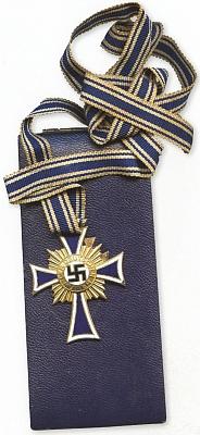 """""""Hitlerův"""" zlatý kříž matek, tzv. """"Mutterkreuz"""", který měl bronzový, stříbrný a zlatý stupeň, podle toho, kolik """"darovaly""""ratolestí Vůdci anárodu"""