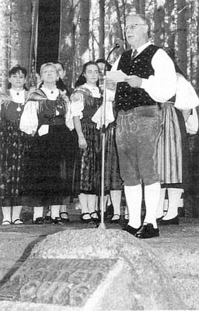 Při svém projevu u památníku vyhnání vLackenhäuser roku 2013