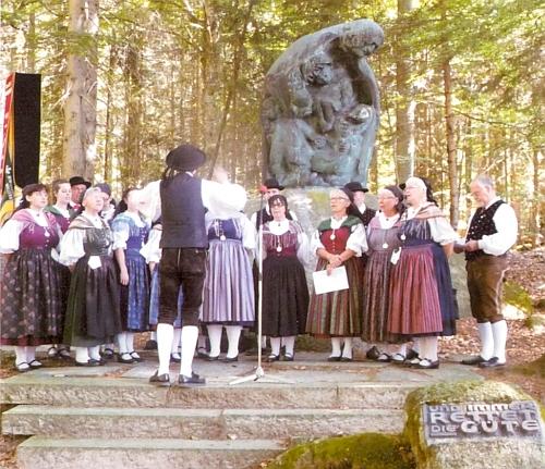 Na dalším snímku z tohoto setkání u památníku vyhnaných Šumavanů vLackenhäuser stojí zcela napravo