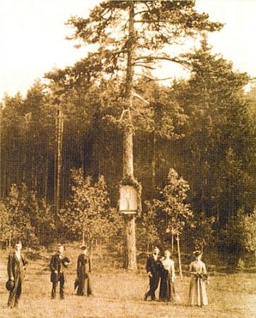 """""""Modrý obraz"""" na snímku s výletníky někdy kolem roku 1900"""