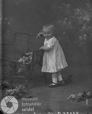 Jeho dcera Grete z prvního manželství s Margaretou Müllerovou na snímku z fotoateliéru Seidel, datovaném 1. června roku 1913...