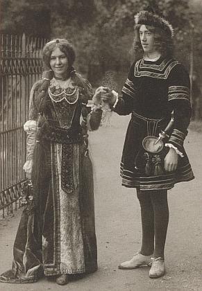 """""""Jeho"""" Gretka na snímku z roku 1909, dva roky před svatbou, kterou zachycuje Seidelův hromadný záběr"""