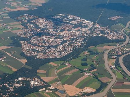 """""""Vertriebenenstadt"""", tj. """"město vyhnanců"""", jak je Waldkraiburg v Německu charakterizován"""