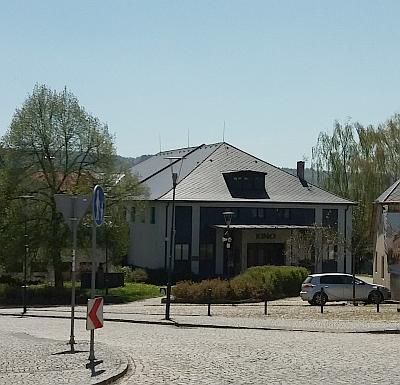 """Jeho rodný dům čp. 132 v Kašperských Horách patřil kdysi do Dlouhé ulice """"Lange Gasse"""", dnes je adresou     v příčné ulici Baarově a prošel kompletní přestavbou - je v něm místní kino"""