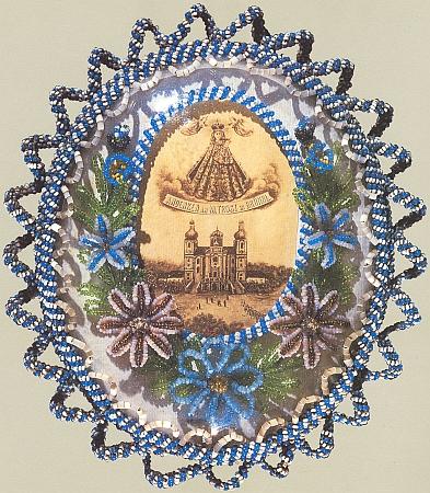 """Jiná """"klášterní práce"""" s obrázkem poutního kostela v Dobré Vodě uNových Hradů je původní poutnickou upomínkou zdoby kolemroku1900"""