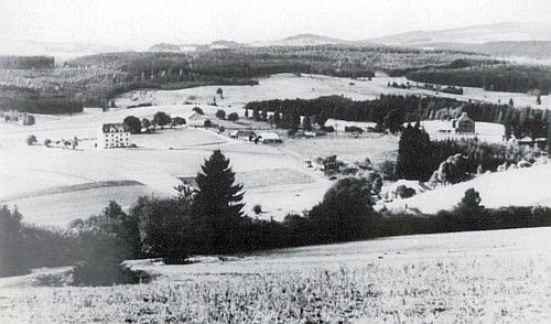 """I v této idylické krajině u rakouského Guglwaldu byla v době, kdy byl pořízen kolem roku 1950 tento snímek, spuštěna """"železná opona"""""""