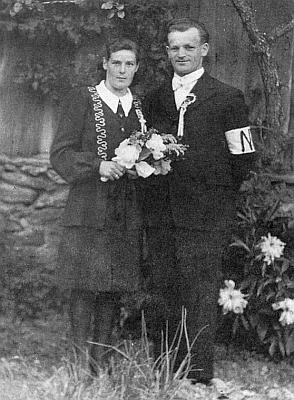 Tihle dva se stačili v červnu 1946 v Jasánkách s bílou páskou na rukávě ještě vzít