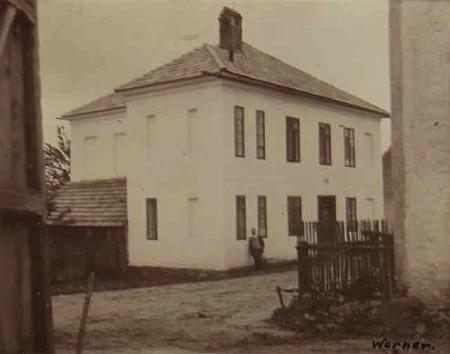 Škola v Dolním Markschlagu na snímku z roku 1929, vlepeném v místní školní kronice (viz i Anna Dolzerová)