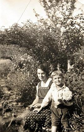 S maminkou Annou na snímku z roku 1937