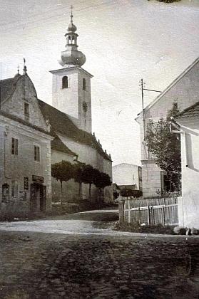 Dům cukráře Sonnbergera za kostelem v Benešově nad Černou na snímku z roku 1938