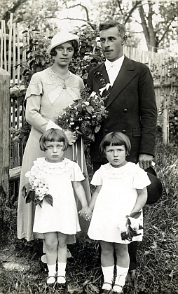 Svatba Anny a Karla Sonnbergerových s nezbytnými družičkami v roce 1936