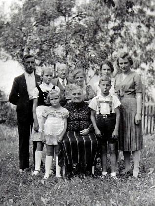 Rodina Sonnbergerova roku 1939 s babičkou Paulou, rodiči Karlem a Annou a dětmi, mezinimiWillim