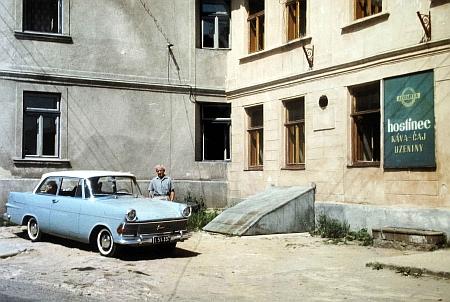 Před rodným domem v roce 1968 s prvním vlastním automobilem
