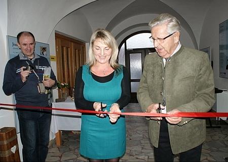 Při otevření historické expozice v Benešově nad Černou se starostkou města Veronikou Zemanovou Korchovou, vlevo stojí Bernhard Riepl