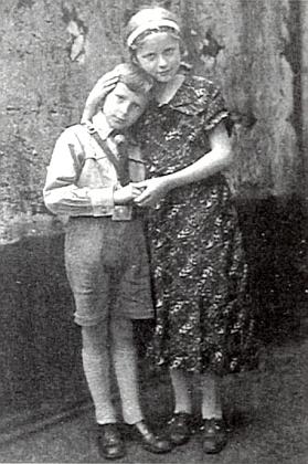 Se svou o dva roky starší sestřičkou v roce 1939