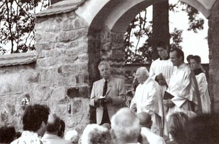 Hans Spannbauer při promluvě k vysvěcení hřbitova v dnešní Pěkné 24. července roku 2004