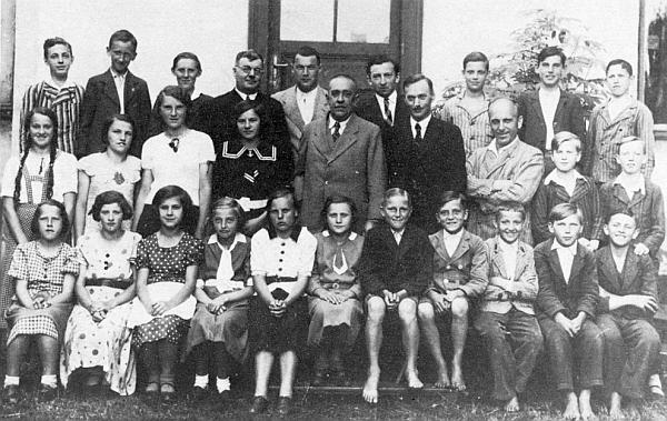 Se žáky kašperskohorské měšťanky stojí v zadní řadě čtvrtý zleva
