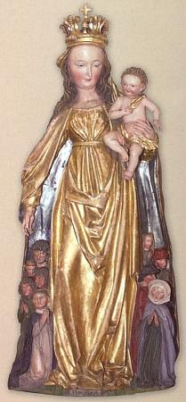 Plášť Madony ze středu oltářní archy ukrývá devět prosebníků, patrně i donátorů plastiky z lipového dřeva