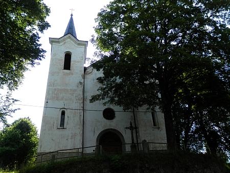 Poutní kostel Panny Marie Sněžné v Kašperských Horách a blízká kaple Panny Marie Klatovské