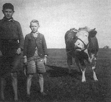Dva pasáčci, ten mladší napravo od staršího bratra Emila je Karl Spannbauer